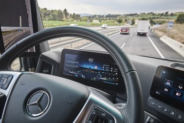 Bulk & Tipper Issue Two: Mercedes-Benz Trucks Ride and Drive
